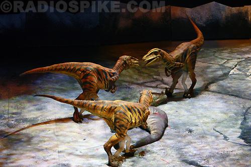 File:Utahraptor Eating Carcass - WWDAS.jpg
