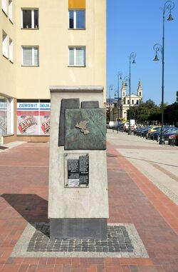 Pomnik granic getta Chłodna róg Żelaznej.JPG