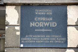 Tablica Cyprian Norwid al. Solidarności 72.JPG