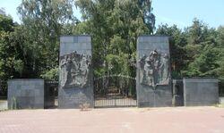 Brama Cmentarza Żydowskiego na Bródnie.JPG