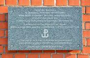 Tablica przy wejściu Muzeum Powstania Warszawskiego