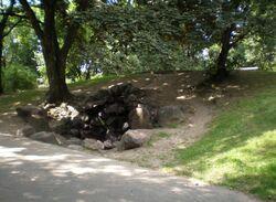 Ogród Krasińskich (pozostałość Wałów).JPG