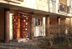 Sitnika (budynek nr 4, zdobienie wejścia).JPG