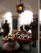 Grób Nieznanego Żołnierza, składanie kwiatów