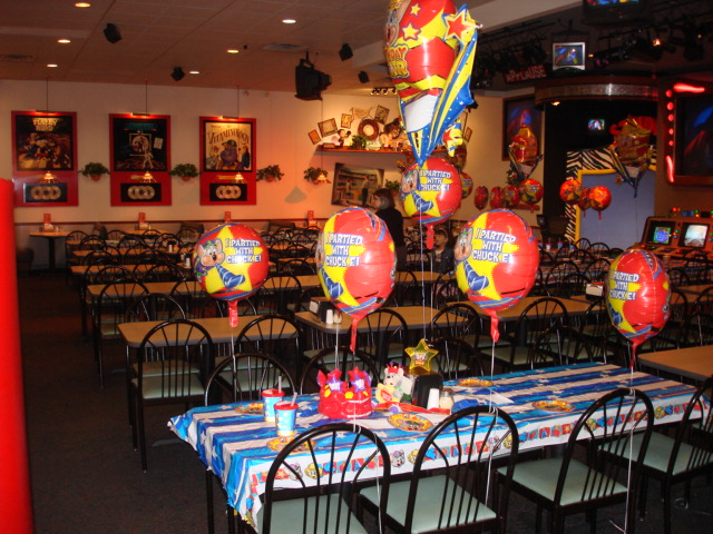 File:Chuck-e-cheeses-party-room.jpg