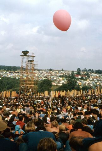 File:1969-08-16 16 Balloon and camp in distance.jpg