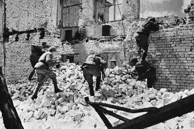 File:Soviet troops entering a ruined building, Stalingrad 1942.jpg