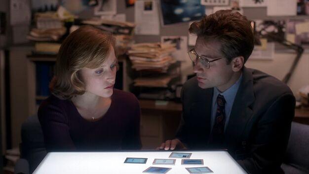 File:Fox Mulder shows Dana Scully fingerprints.jpg