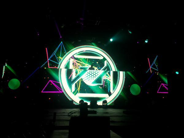 File:Neon green Zedd insignia in El Paso.jpeg